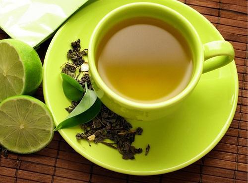 3. Trị nhiệt miệng cho trẻ bằng trà xanh 1