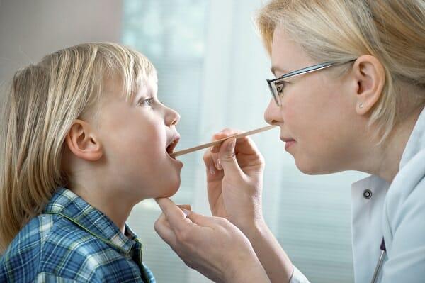 Nhận biết 6 triệu chứng viêm họng cấp ở trẻ em ba mẹ không nên chủ quan 1